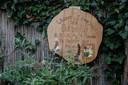In de tuin een vlinderstruik met een houten bordje namens haar oude basisschool, met de tekst: 'Whisper I love you to a butterfly & it will fly to heaven to deliver your message'.