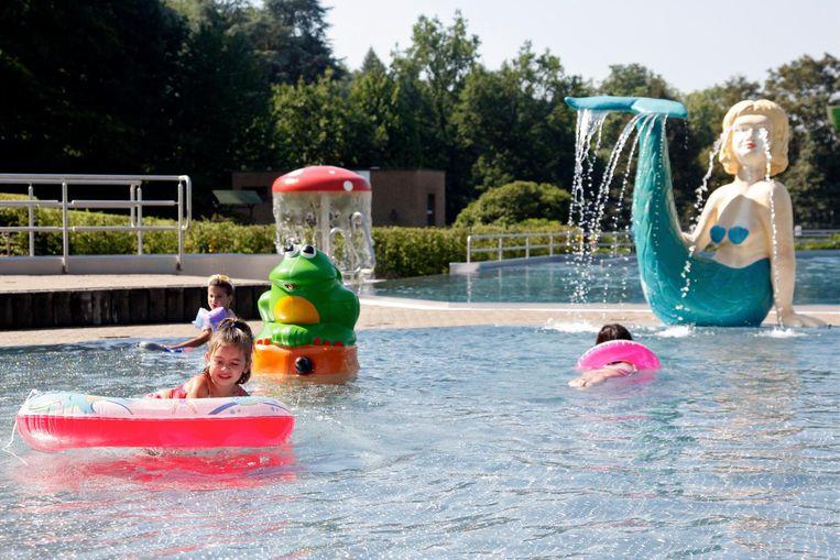 Het openluchtzwembad in Huizingen is meer dan geschikt op de hitte te verdrijven. Beeld Steff Gilissen