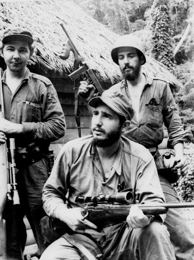 Een foto uit 1957: Fidel Castro (voorgrond) met zijn broer Raúl (links).