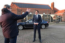 Wopke Hoekstra wordt op het plein voor MFA Knillus ontvangen door de Brabantse gedeputeerde Erik Ronnes die in Vortum-Mullem is geboren, gedoopt werd, naar school en naar de kroeg ging, zoals hij Hoekstra vertelde.
