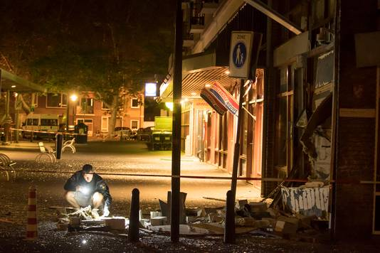Een enorme ravage na een plofkraak op een geldautomaat in het winkelcentrum Smaragdplein.