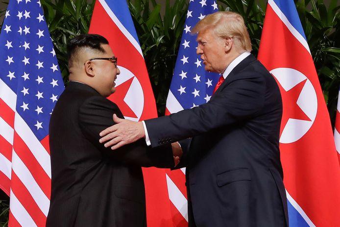 De Noord-Koreaanse leider Kim Jong-un (links) en de Amerikaanse president Donald Trump begroeten elkaar tijdens hun eerste ontmoeting op 12 juni 2018 in Singapore.