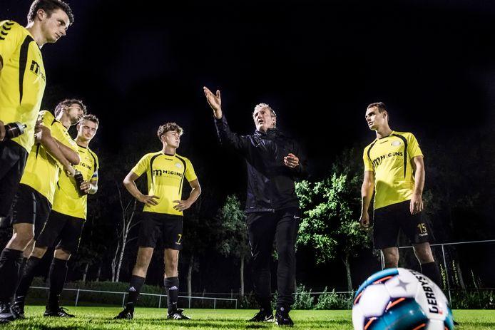 Patrick Pothuizen geeft uitleg tijdens een training van Astrantia, vorig seizoen.
