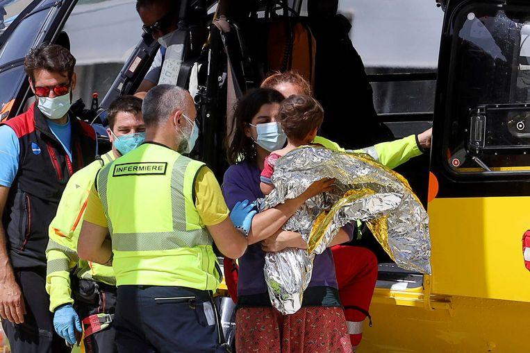 Nicola Tanturli en zijn moeder stappen de ambulance in die hen naar het ziekenhuis brengt. Beeld AP