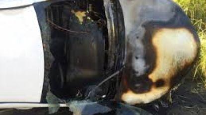 """VIDEO. Heldhaftige agenten sleuren Aussie uit brandende auto: """"We dachten alleen maar aan zíjn leven"""""""