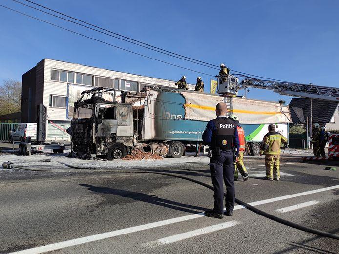 De cabine van de vrachtwagen brandde volledig uit.