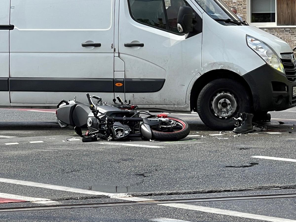 De bestuurder van de bestelwagen merkte de motorrijder te laat op.