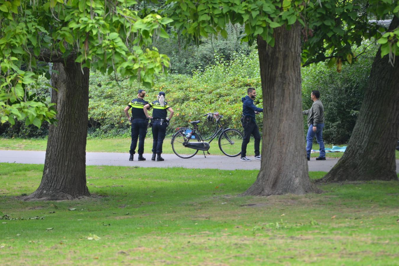 Onderzoek na de laatste verkrachting in het Van Sonsbeeckpark in 2017, de politie treft onder meer de fiets van het slachtoffer aan en enkele kledingstukken.