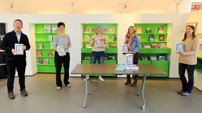Marc Van Engeland (bibliotheek), Katrien Willems en Marijke Vertommen (Curieus), Annelies Sanen (coördinator SAM-project) en Sarah De Keyser (schepen van onderwijs).