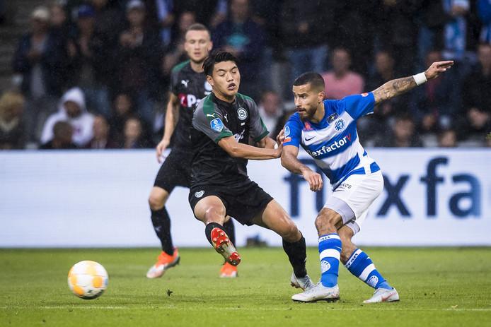 De Graafschap-voetballer Jordy Tutuarima in actie tijdens het met 0-1 verloren thuisduel met FC Groningen.