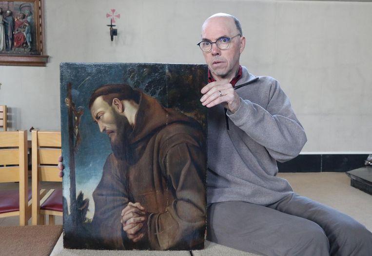 Penningmeester Erik Dely met het teruggebrachte schilderij van Sint-Franciscus van Assisi.
