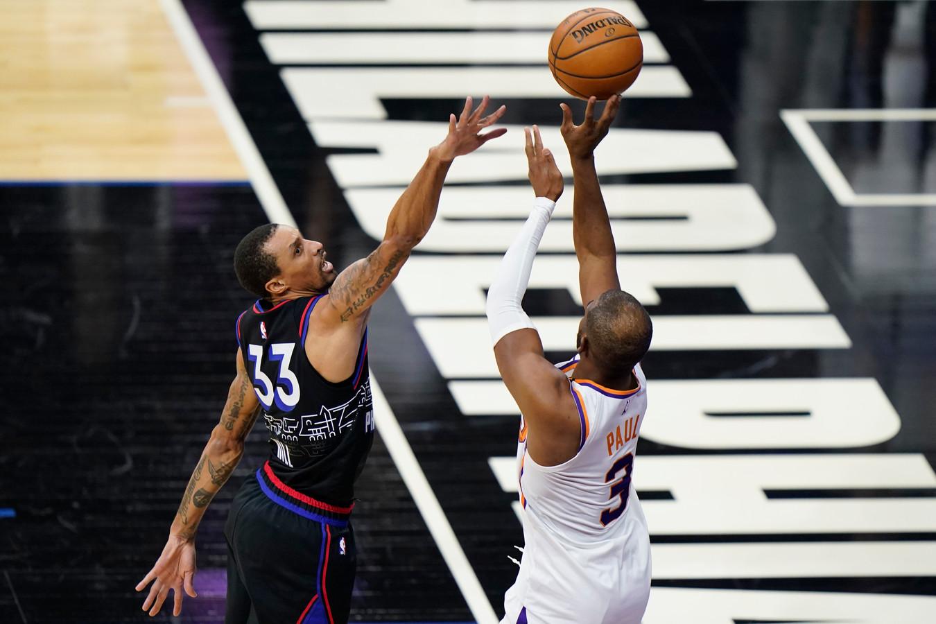 Chris Paul (Phoenix Suns, rechts) en George Hill (Philadelphia).
