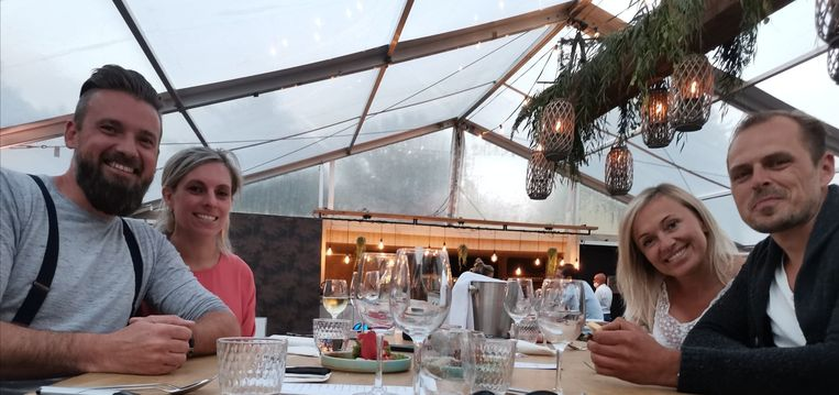 Robin De Schutter, Veronique Royer, Julie Van de Rostyne en Koen Naets genieten ten volle aan tafel.
