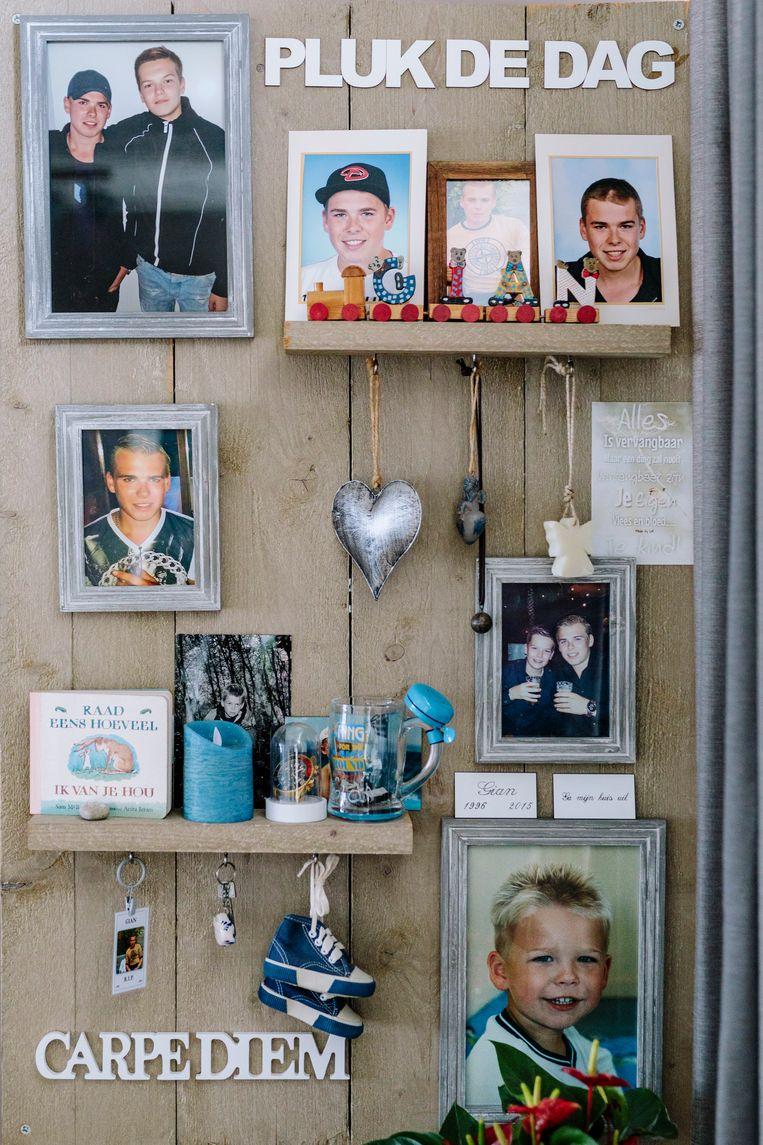 Foto's van zoons Gian en Roan bij Annemiek Valent in huis. Beeld Marc Driessen