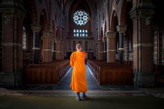 Boeddhisten in de voormalig katholieke kerk van Afferden.