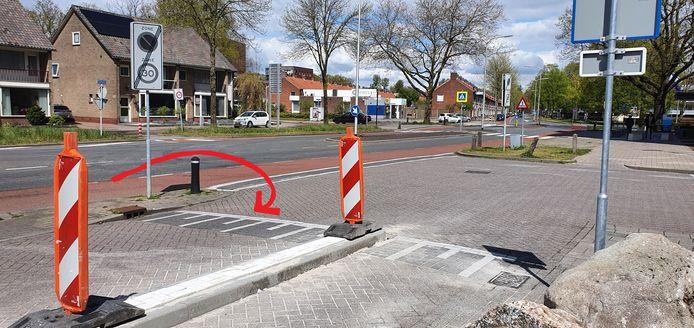 Door de fietsstrook rechts en de verhoging in het midden is de parallelweg een heel stuk smaller.