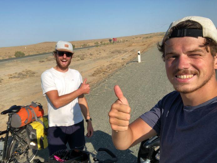 Lennart Michels (rechts) is weer thuis. Hier met zijn fietsmaat Richard van der Bij in Oezbekistan.