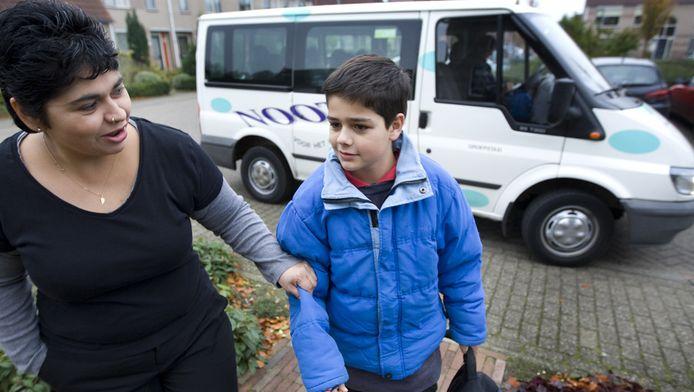 De licht verstandelijk gehandicapte Senna wordt door een busje thuisgebracht na een dag school. Daar is straks waarschijnlijk geen geld meer voor.