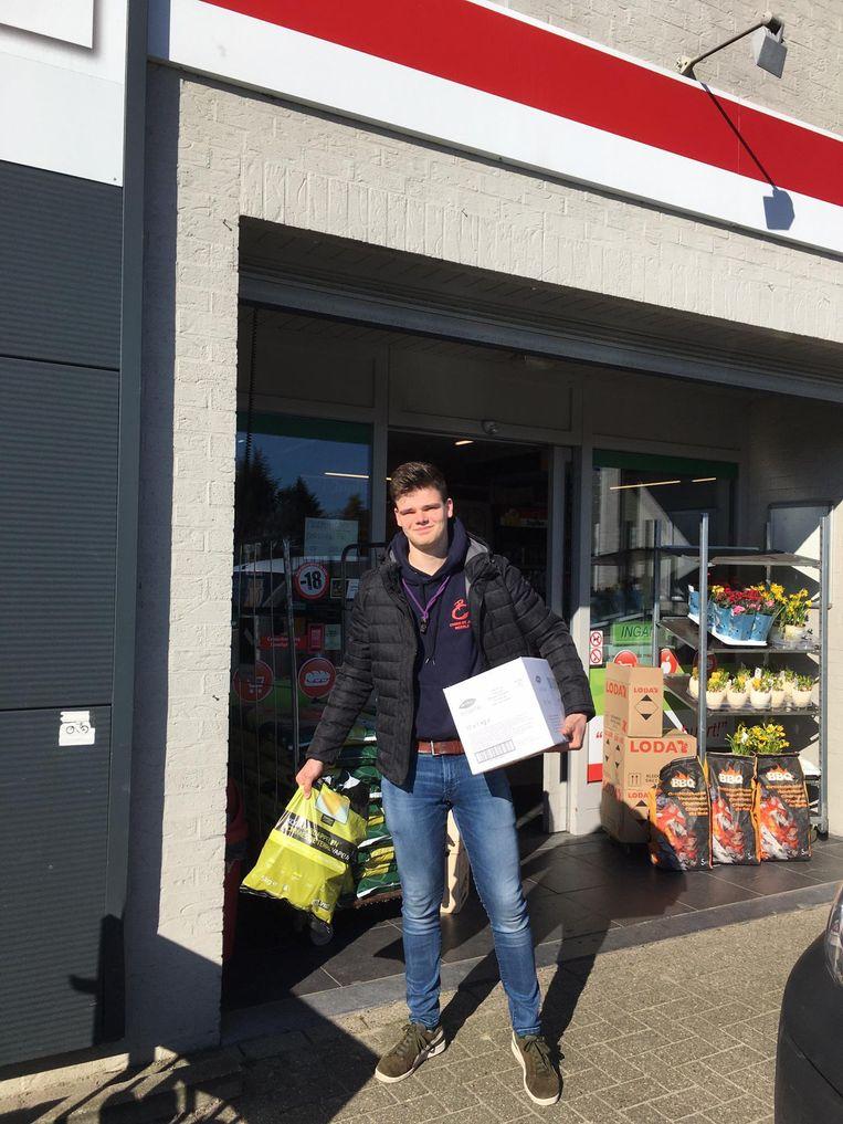 Een jongeman uit Meerle heeft net boodschappen gedaan voor een hulpbehoevende.