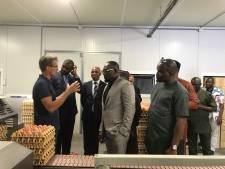 Ambassadeur Nigeria kijkt kennis af in Almkerk
