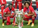 Joshua Zirkzee (rechts), met Alphonso Davies, na de gewonnen Champions Leaguefinale tegen Paris Saint-Germain.