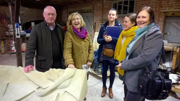 Een delegatie van het gemeentebestuur en de huisvestingsmaatschappij bracht een bezoek aan het restauratieatelier van Noortje Cools waar het beeld De Visser momenteel