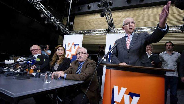 Jan Puper (R), raadslid van de VVD, tijdens de persconferentie waar wordt toegelicht waarom de VVD-fractie uit de coalitie in Roermond stapt. Beeld anp