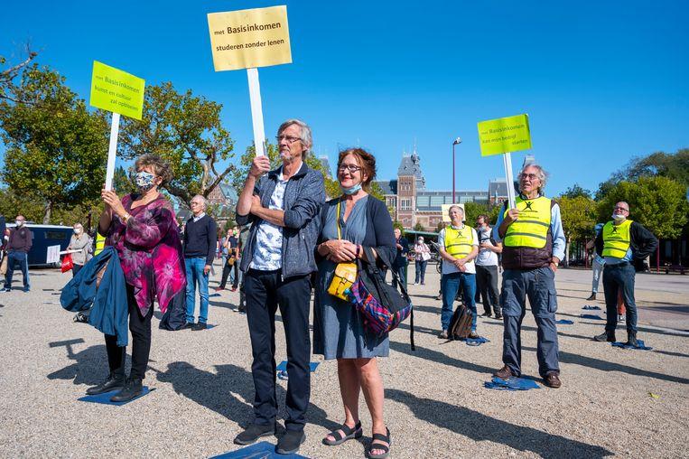 Een protest in Amsterdam tijdens een wereldwijde actiedag om te pleiten voor invoering van een basisinkomen. Beeld Hollandse Hoogte /  ANP