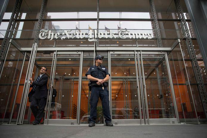 Een politieagent houdt de wacht aan het gebouw van The New York Times.