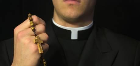 """""""Je suis amoureux"""", confie le prêtre à la fin de la messe avant de renoncer au sacerdoce"""