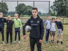 Heumense jeugd zoekt geld voor goed trapveld 'want op dit knollenveld is niet te spelen'