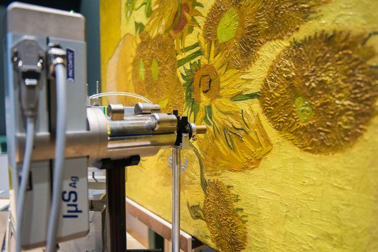 Restauratie van Zonnebloemen.  Beeld Van Gogh Museum