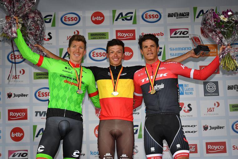 ► Belgisch kampioen Oliver Naesen wordt op het podium in Antwerpen geflankeerd door Sep Vanmarcke (links) en Jasper Stuyven. Beeld BELGA