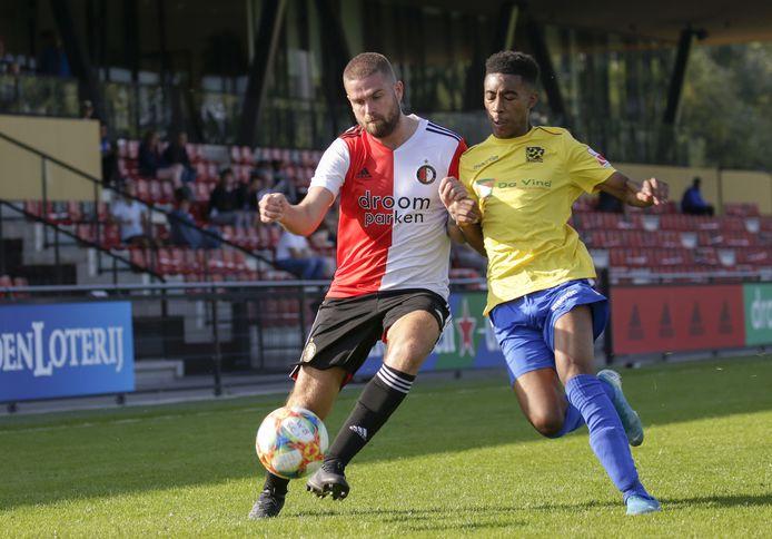 Kilian Berkhout (r) spelend voor Sportclub Feyenoord in het duel met Zwaluwen.