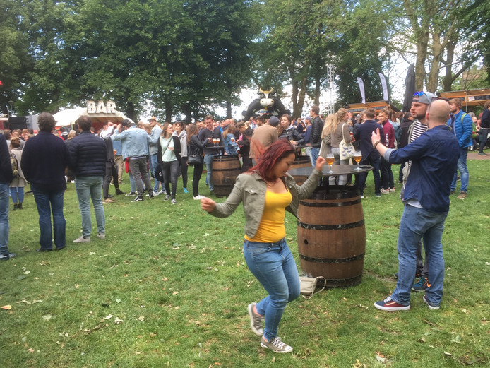 Er werd op de eerste dag van het bierfestival in Nijmegen gezellig gedanst op het Valkhof in Nijmegen