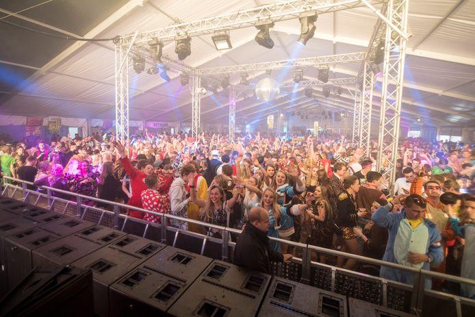 Op het feestterrein aan de Kenmaweg staat tijdens de Volksfeesten een grote feesttent die door de Albergenaren 'witte attractie' wordt genoemd.