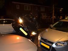 Hoe krijg je het voor elkaar: auto op zijn kant in smal straatje in Deventer