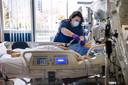 Ic-veprleegkundige Marloes Hoogkamer bij één van de covid-patiënten.