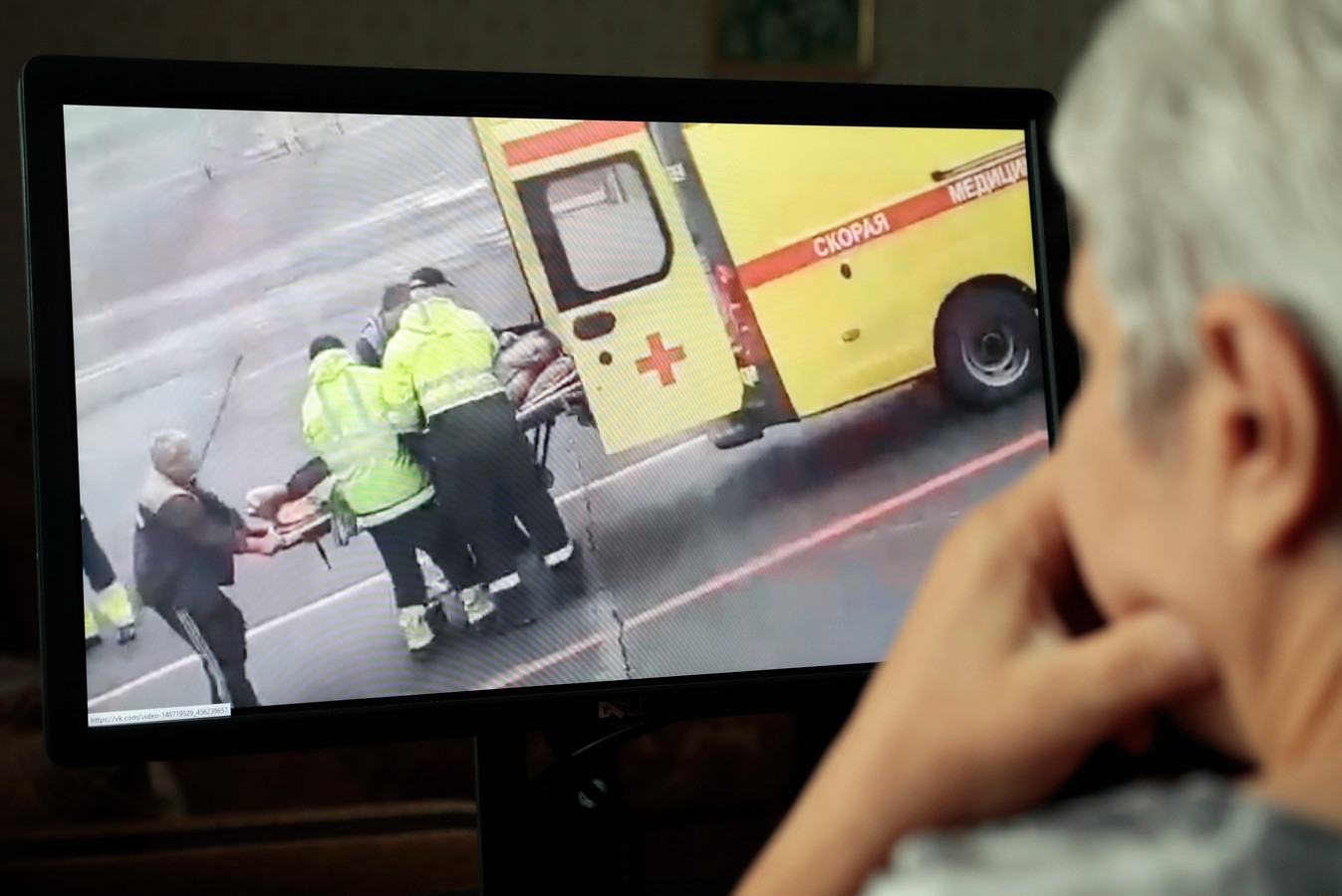 In een andere video die verspreid werd op sociale media zou te zien zijn hoe Navalny wordt afgevoerd met een ambulance.