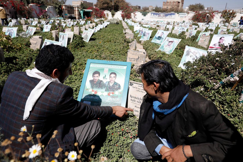 Bezoekers van een begraafplaats in Sanaa tijdens de speciale marterlaarsweek van de houthi's.  Beeld EPA