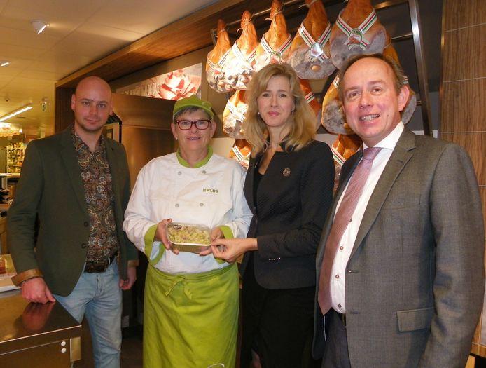 Mona Keijzer bekijkt de versbereide maaltijden in de winkel van Adriaan Verheul. Ze werd getipt door Kees van der Staaij.