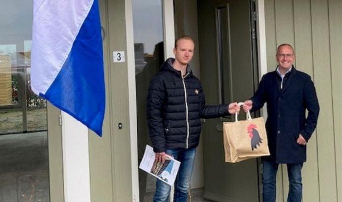 Officiële oplevering laatste woning  van project Hoevelaar. Links bewoner Berg, rechts wethouder Pieter de Kruif.