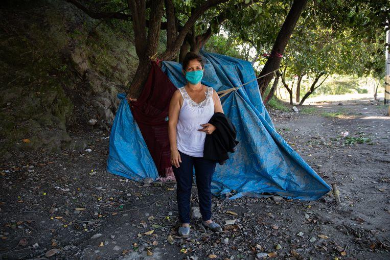 Maria Ivette Gómez voor haar tent langs de weg.  Beeld Tomás Ayuso