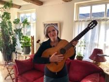 Lenny Kuhr na meer dan vijftig jaar herenigd met haar winnende Songfestivalgitaar