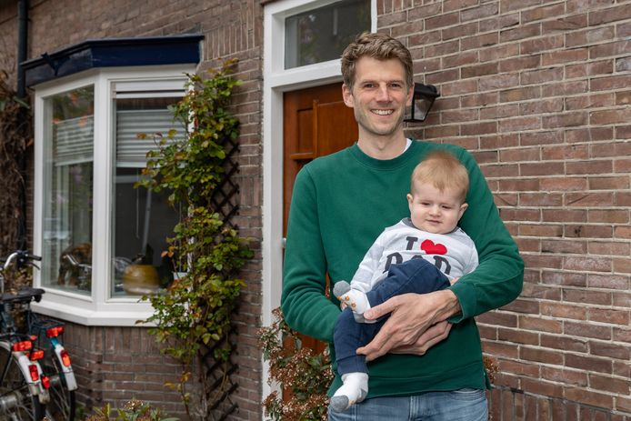 Baby Gijs met zijn vader Johannes.