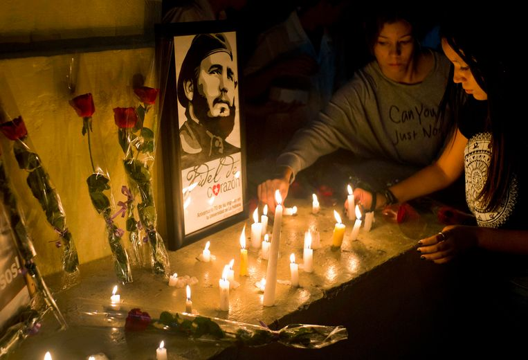 Students place candles around an image of the late Cuban leader Fidel Castro, at the university where Castro studied law as a young man, during a vigil in Havana, Cuba, Saturday, Nov. 26, 2016. Castro, who led a rebel army to improbable victory in Cuba, embraced Soviet-style communism and defied the power of U.S. presidents during his half century rule, died at age 90. (AP Photo/Ramon Espinosa) Beeld AP