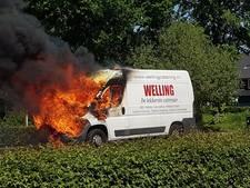 Bedrijfsbus cateraar in brand, medewerkers ongedeerd