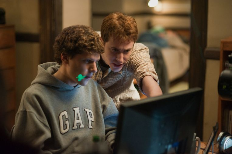 Jesse Eisenberg en Joseph Mazzello in 'The Social Network'. Beeld Humo
