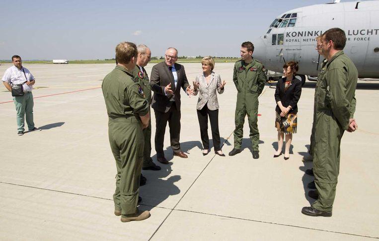 Frans Timmermans met Julie Bishop op het vliegveld van Charkov in juli dit jaar. Beeld anp