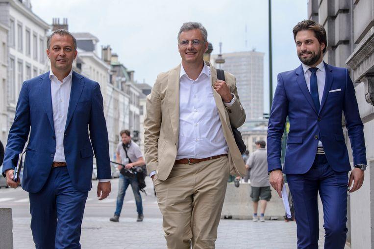 Onderhandelaars Egbert Lachaert (Open Vld), Joachim Coens (CD&V) en Georges-Louis Bouchez (MR). Beeld Photo News